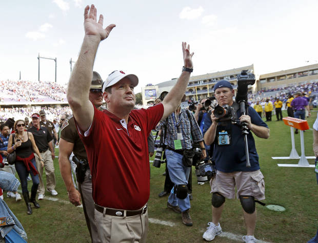 photo - Oklahoma coach Bob Stoops waves to the crowd after a college football game between the University of Oklahoma Sooners (OU) and the Texas Christian University Horned Frogs (TCU) at Amon G. Carter Stadium in Fort Worth, Texas, Saturday, Dec. 1, 2012. Oklahoma won 24-17. Photo by Bryan Terry, The Oklahoman