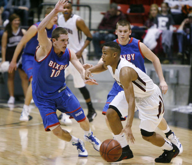 photo - CLASS 6A HIGH SCHOOL BASKETBALL / STATE TOURNAMENT: Bixby Spartans No. 10 Austin Wright guards Edmond Memorial No. 10 Jordan Woodard during the Class 6A boys basketball state tournament at the Skiatook High Activity Center in Skiatook, Okla., taken on March 8, 2012. JAMES GIBBARD/Tulsa World