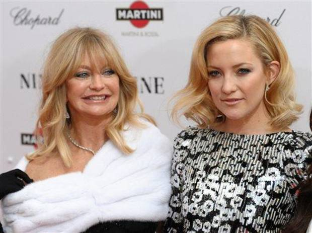 photo - FILE - This Dec. 15, 2009 file photo shows actress Goldie Hawn, left, and her daughter Kate Hudson at the premiere of