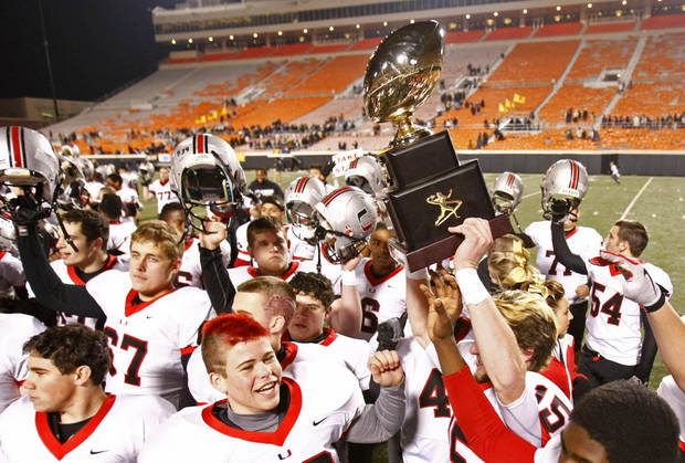 photo - TULSA UNION / HIGH SCHOOL FOOTBALL / CELEBRATION / TROPHY: The Union Redskins celebrate their win over Broken Arrow in the high school Class 6A state championship football game in Stillwater, Okla. on Thursday, December 1, 2011. MATT BARNARD/Tulsa World ORG XMIT: DTI1112012318190592