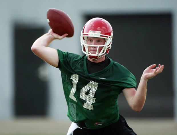 photo - Georgia quarterback Joe Cox takes over for Matthew Stafford, who was the No. 1 overall pick in the 2009 NFL Draft.  (AP Photo)