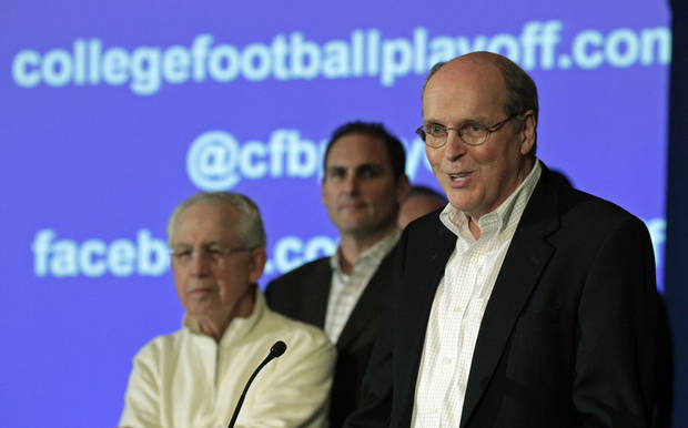 photo - Bill Hancock, executive director of the Bowl Championship Series, introduces the new name - College Football Playoffs - and competition framework of what will replace the BCS in 2014 at a meeting of the football conference commissioners in Pasadena, Calif., Tuesday, April 23, 2013. (AP Photo/Reed Saxon) ORG XMIT: CARS208