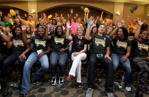 "photo - Baylor head basketball coach Kim Mulkey, center, and the team give the ""sic 'em Bears"" sign as they watch the NCAA women's college basketball selection show, Monday, March 18, 2013 in Waco, Texas. (AP Photo/Waco Tribune Herald, Jerry Larson)  ORG XMIT: TXWAC201"