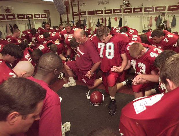 photo - Wynnewood coach Bruce Hendrickson and players have a prayer in the locker before a 1999 game after the death of Daniel Knowles. PHOTO BY BRYAN TERRY, THE OKLAHOMAN ARCHIVES
