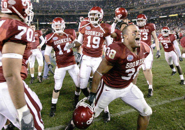 photo - J.D. Runnels celebrates after the Oklahoma Sooners (OU) beat the Oregon Ducks in the Pacific Life Holiday Bowl college football game at Qualcomm Stadium in San Diego, Calif., Thursday, December 29, 2005. By Bryan Terry, The Oklahoman.