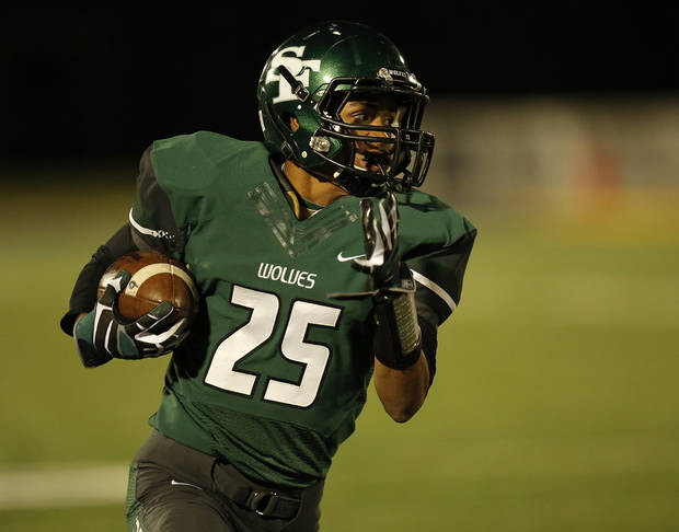 photo - Santa Fe's Dale Jefferson (25) runs the ball during a high school football game between Edmond Memorial and Edmond Santa Fe at Wantland Stadium in Edmond, Okla., Friday, Oct. 26, 2012.  Photo by Garett Fisbeck, The Oklahoman