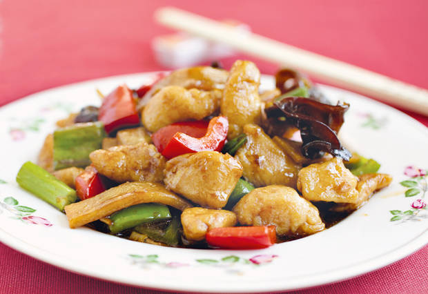 "photo - Chicken with Garlic Sauce from Bee Yinn Low's ""Easy Chinese Recipes"" (Tuttle Publishing, $24.95). (Tuttle Publishing/MCT)"