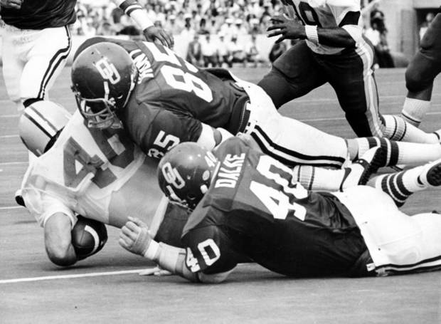 photo - UNIVERSITY OF OKLAHOMA COLLEGE FOOTBALL: Sooner defensemen Daryl Hunt (85) and Bill Dalke (40) smother California fullback Paul Jones during game action in Norman on 9/18/76.  OU beat California, 28-17. Staff photo by Don Tullous taken 9/19/76. File:  Football/OU/OU-California/Daryl Hunt/1976