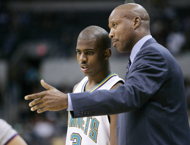 photo - NBA BASKETBALL, PRE-SEASON, PRESEASON: Hornets head coach Byron Scott talks to Chris Paul (3) in the first quarter, during the New Orleans/Oklahoma City Hornets exhibition game against the Denver Nuggets, Sunday, October 23, 2005, in Oklahoma City.  by Bill Waugh/The Oklahoman.