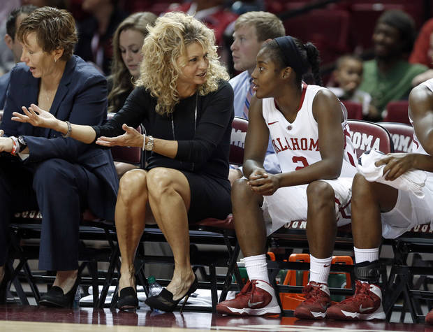 photo - Oklahoma head coach Sherri Coale schools her freshman guard T'ona Edwards as the University of Oklahoma Sooners (OU) play the Wichita State Shockers in NCAA, women's college basketball at The Lloyd Noble Center on Sunday, Nov. 10, 2013  in Norman, Okla. Photo by Steve Sisney, The Oklahoman