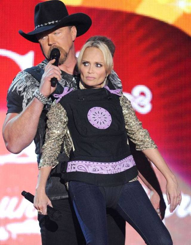 Trace Adkins and Oklahoma native Kristin Chenoweth do a comedy bit during the 2011 American Country Awards.