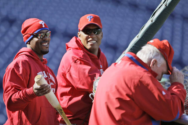 MAJOR LEAGUE BASEBALL: Philadelphia Phillies shortstop Jimmy Rollins, left, batting coach Milt Thompson and manager Charlie Manuel laugh during baseball practice, Sunday, Oct. 25, 2009, in Philadelphia. (AP Photo/Matt Slocum) ORG XMIT: PXS104