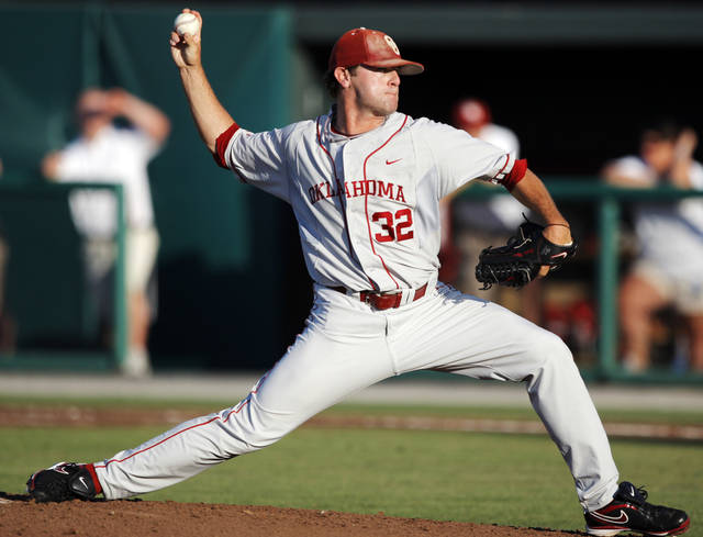 UNIVERSITY OF OKLAHOMA / COLLEGE BASEBALL: OU's Zach Neal (32) pitches during the NCAA regional baseball game between Oklahoma and North Carolina at L. Dale Mitchell Park in Norman, Okla., Saturday, June 5, 2010. Photo by Nate Billings, The Oklahoman ORG XMIT: KOD