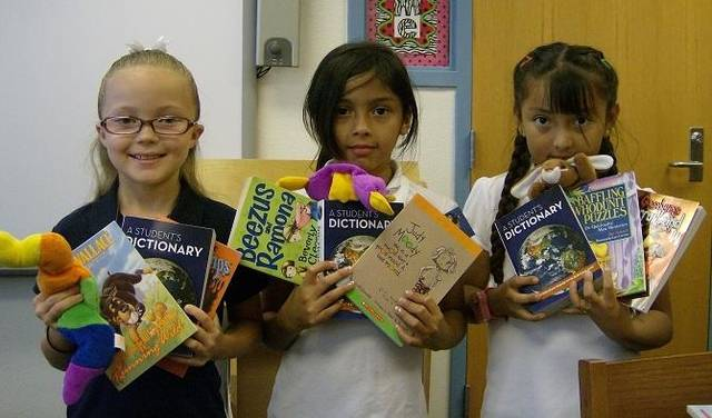 Students show their books. (Photo provided)