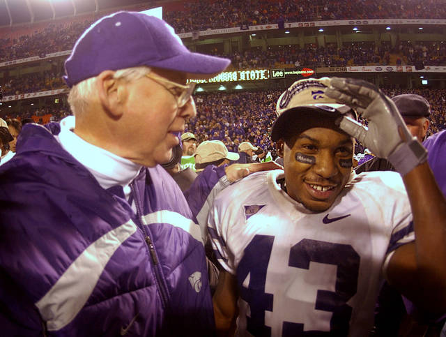 OU, KSU, COLLEGE FOOTBALL: Kansas State running back Darren Sproles is congratulated by head coach Bill Snyder after Kansas State defeated the University of Oklahoma 35-7 to win the Big 12 Championship Saturday, Dec. 6, 2003 at Arrowhead Stadium in Kansas City, Mo. (AP Photo/Charlie Riedel)