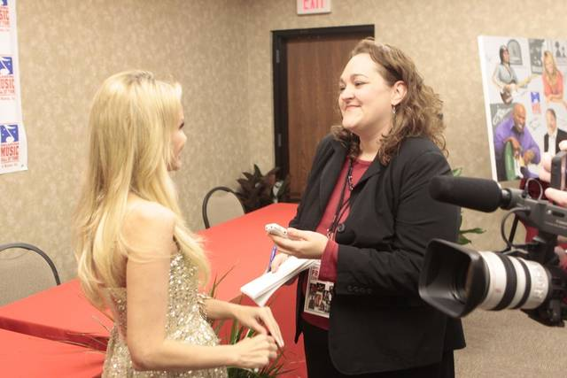 Brandy McDonnell interviews Kristin Chenoweth at the press conference before the Oklahoma Music Hall of Fame ceremony and show. Photo by Jay Spear