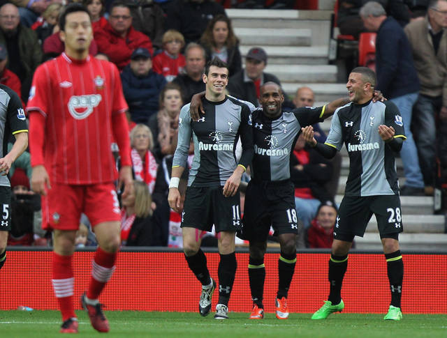 Tottenham Hotspur's Gareth Bale, second left, is congratulated on scoring the opening goal of the game by teammates Jermain Defoe, second right, and Kyle Walker, right, during an English Premier League match at St Mary's Stadium, Southampton, England Sunday Oct. 28, 2012. (AP Photo/PA Wire) UNITED KINGDOM OUT