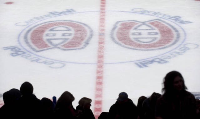 Fans attend a youth hockey game at the Bell Centre in Montreal, Sunday, Jan. 6, 2013, on the day when NHL and the players&#039; union reached a tentative deal to end the NHL lockout. (AP Photo/The Canadian Press, Graham Hughes) ORG XMIT: GMH104