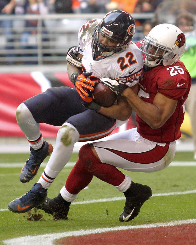 Chicago Bears running back Matt Forte (22) scores a touchdown as Arizona Cardinals free safety Kerry Rhodes (25) defends during the first half of an NFL football game, Sunday, Dec. 23, 2012, in Glendale, Ariz. (AP Photo/Paul Connors)