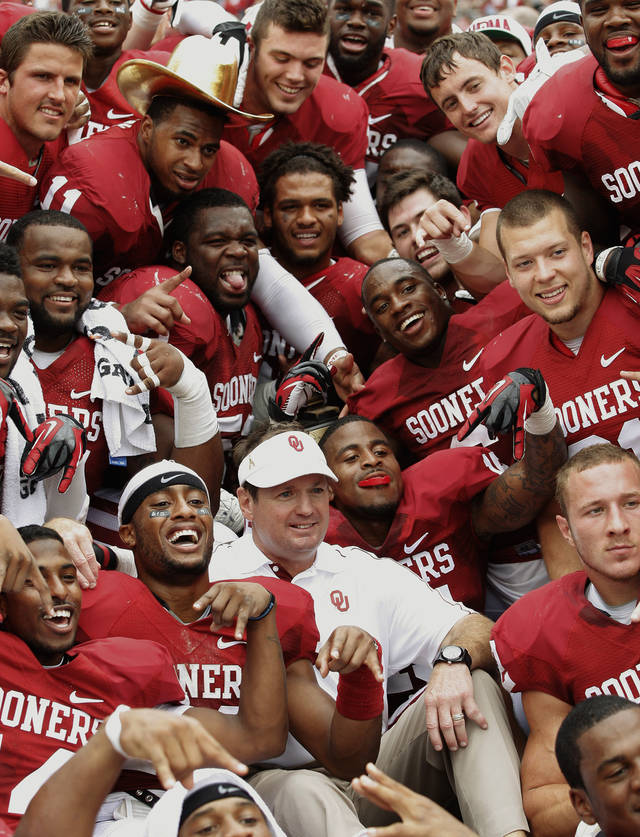 Oklahoma coach Bob Stoops and his team pose for a team photo after beating Texas 63-21 on Saturday in Dallas. PHOTO BY BRYAN TERRY, THE OKLAHOMAN