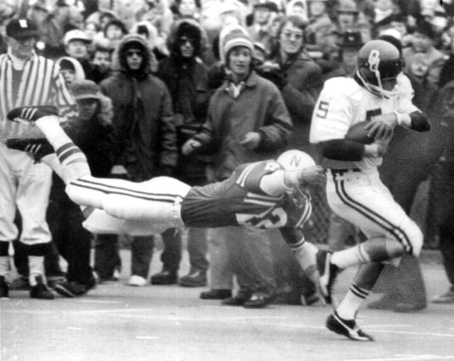 UNIVERSITY OF OKLAHOMA, COLLEGE FOOTBALL, OU SOONERS, 11/23/74. OU's Steve Davis eludes a diving Nebraska defender during the Sooners' 28-14 win in Lincoln, NE.  Staff photo by J. Pat Carter taken 11/23/74, photo ran in the 11/25/74 Daily Oklahoman. File:  Football/OU/OU-Nebraska/Steve Davis/1974