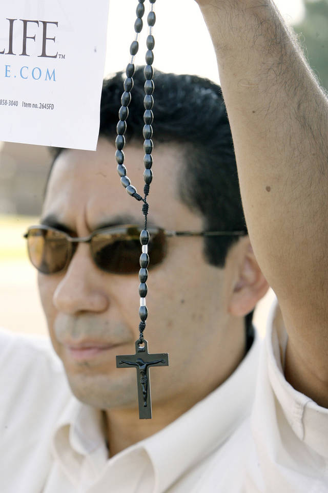 "Oscar Turcios (CQ TURCIOS), Bethany, holding up his rosary and anti-abortion sign for passing motorists in the 6100 block of NW 63 Street during the ""40 Days for Life"" pro-life vigil near the Outpatient Services for Women clinic in Warr Acres Thursday, Sept. 25, 2008.  BY PAUL B. SOUTHERLAND, THE OKLAHOMAN ORG XMIT: KOD"