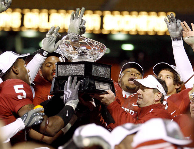 OU head coach Bob Stoops lifts the BIG 12 Championship trophy with his team afetr their win in the Big 12 Championship college football game between the University of Oklahoma Sooners (OU) and the University of Missouri Tigers (MU) on Saturday, Dec. 6, 2008, at Arrowhead Stadium in Kansas City, Mo.   PHOTO BY BRYAN TERRY, THE OKLAHOMAN  ORG XMIT: KOD
