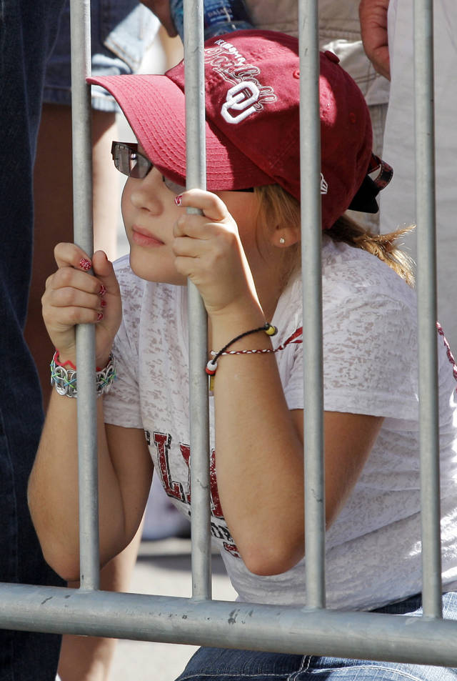 OU fan Kali Lankford, 9, of Wagoner, Okla., waits for the Sooners to arrive before the Red River Rivalry college football game between the University of Oklahoma Sooners (OU) and the University of Texas Longhorns (UT) at the Cotton Bowl on Saturday, Oct. 2, 2010, in Dallas, Texas. Photo by Nate Billings, The Oklahoman ORG XMIT: KOD
