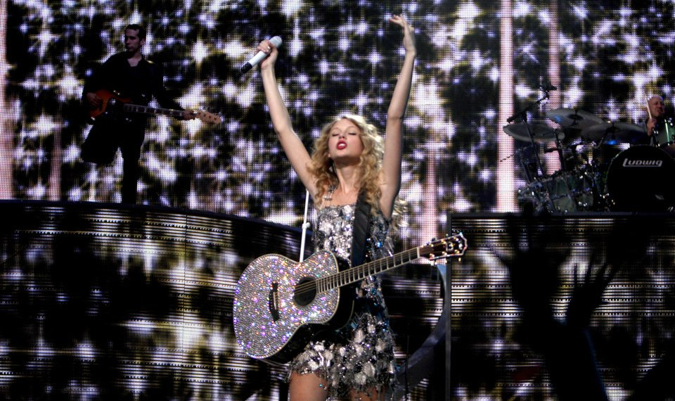 Concert Review Taylor Swift Brings Fearless Show To Ford Center