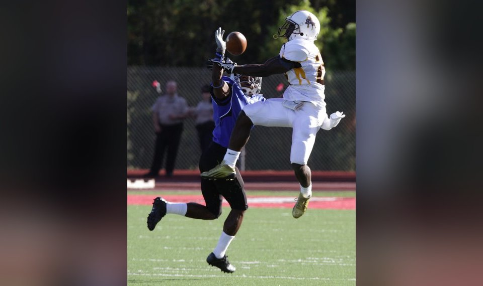 Garden City, Kan., Community College Running Back Tyreek Hill Grabs A Pass  Over