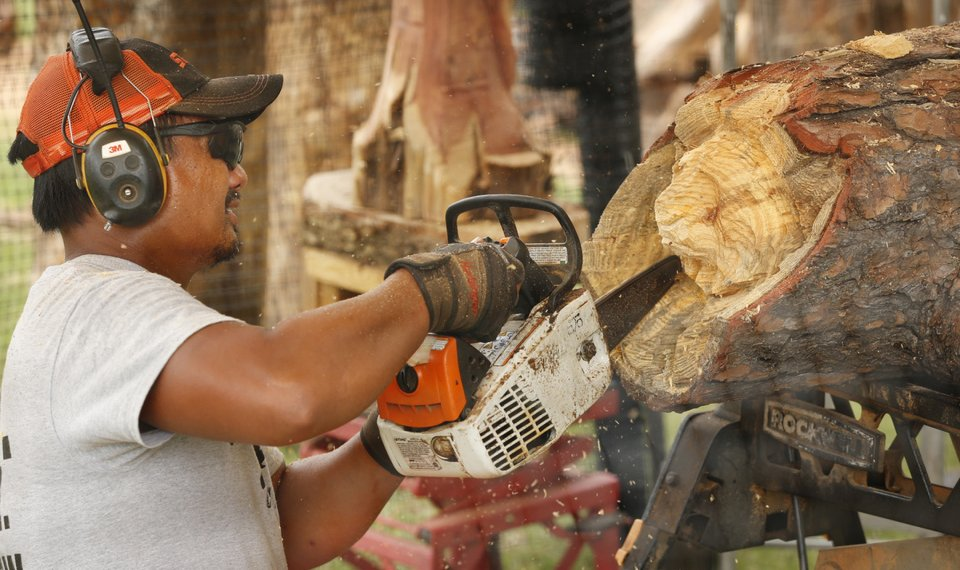 Carving out a spot oklahoma chain saw artist puts on