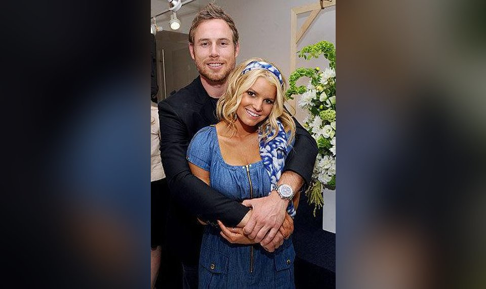 jessica simpson dating football player
