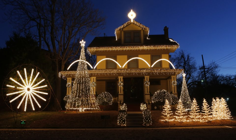 House With Christmas Lights.Oklahoma City Home S Light Display Becomes Holiday Hotspot