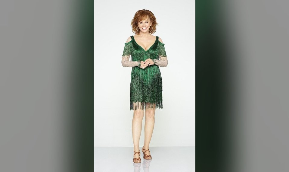 Reba Mcentire Christmas Guest.Reba Mcentire To Host 2018 Cma Country Christmas To