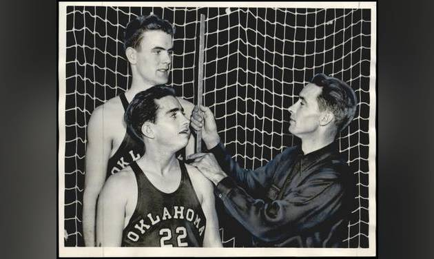 Bruce Drake measures a couple of his players during the 1942-43 season. [OKLAHOMAN ARCHIVES]