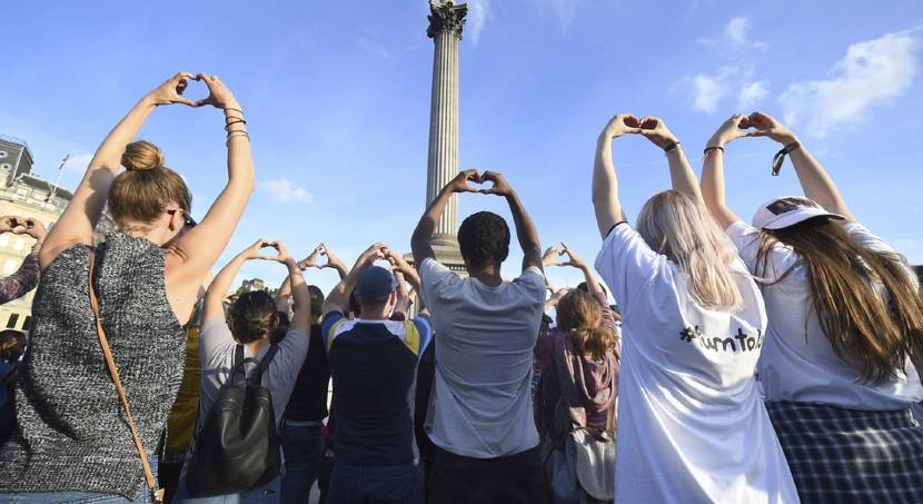 Thousands mourn during vigil in Manchester, England