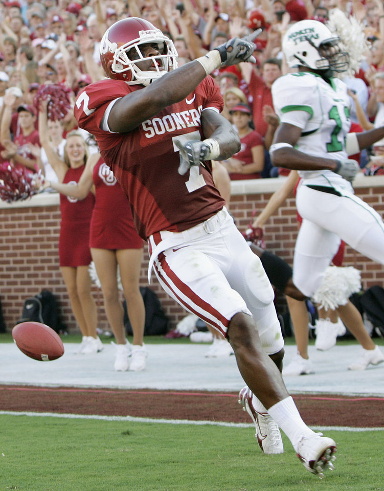 Photo - Oklahoma running back DeMarco Murray (7) celebrates after scoring his first touchdown of the night in the first half during the University of Oklahoma Sooners (OU) college football game against the University of North Texas Mean Green (UNT) at the Gaylord Family - Oklahoma Memorial Stadium, on Saturday, Sept. 1, 2007, in Norman, Okla.