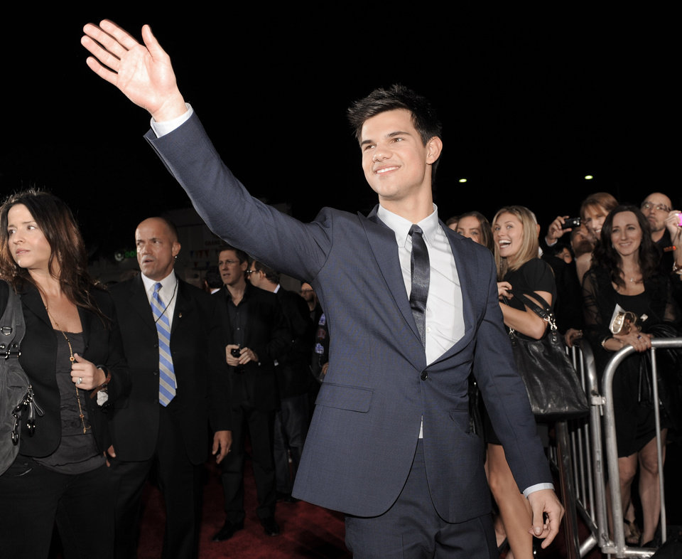Photo - Taylor Lautner arrives at The Twilight Saga: New Moon premiere on Monday, Nov. 16,  2009, in Westwood, Calif.  (AP Photo/Chris Pizzello) ORG XMIT: CADC103