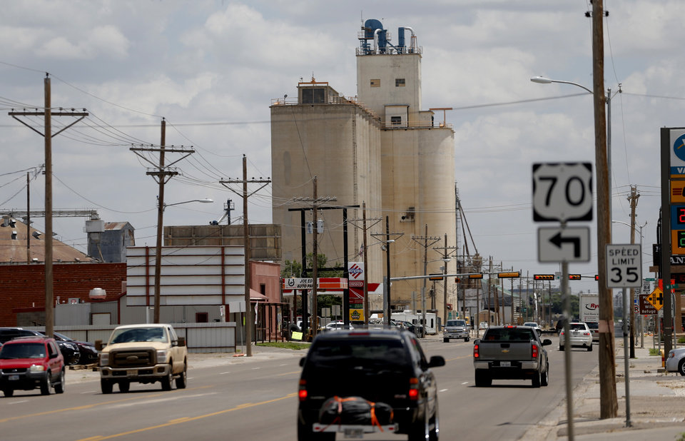 Photo - Cars drive through Muleshoe,Texas, hometown of Oklahoma's offensive coordinator Lincoln Riley, on Thursday, June 25, 2015. Photo by Bryan Terry, The Oklahoman
