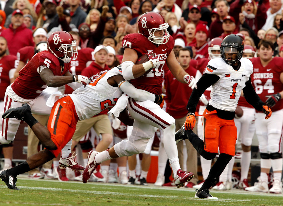 Photo - Sooner's Blake Bell (10) runs after a catch during a Bedlam college football game between the University of Oklahoma Sooners (OU) and the Oklahoma State Cowboys (OSU) at Gaylord Family-Oklahoma Memorial Stadium in Norman, Okla., on Saturday, Dec. 6, 2014. Photo by Steve Sisney, The Oklahoman