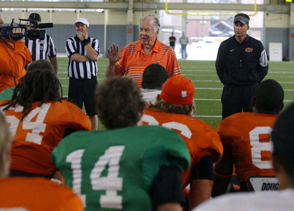 Photo - Boone Pickens talks with Oklahoma State football team as head coach Mike Gundy, at right, listens during a practice in Stillwater, Okla., Friday, April 10, 2015. Photo by Bryan Terry, The Oklahoman