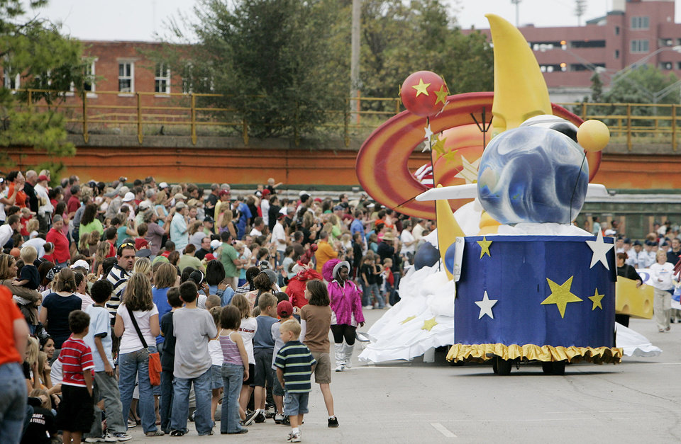 Photo - People line E. K. Gaylord Blvd.  as the Oklahoma Rising Float passes by in the Oklahoma Centennial Parade Saturday, Oct. 14, 2007 in downtown Oklahoma City,Ok. BY JACONNA AGUIRRE/THE OKLAHOMAN.