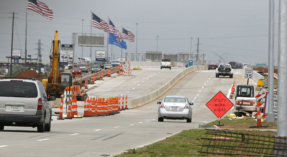 Photo - ROAD CONSTRUCTION: Southbound lanes of the Broadway Extension have now been re-routed onto the new bridge over Memorial Road in Oklahoma City, OK, Thursday, May 14, 2009. BY PAUL HELLSTERN, THE OKLAHOMAN ORG XMIT: KOD