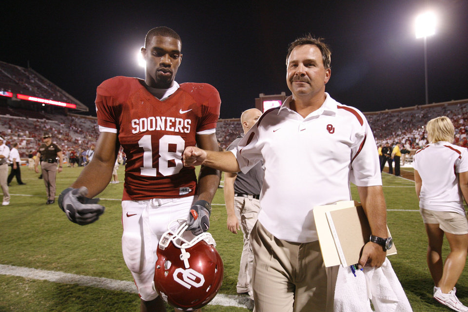 Photo - Jermaine Gresham leaves the field with offensive coordinator kevin Wilson  after the University of Oklahoma Sooners (OU) college football game against the University of North Texas Mean Green (UNT) at the Gaylord Family - Oklahoma Memorial Stadium, on Saturday, Sept. 1, 2007, in Norman, Okla.   By STEVE SISNEY, The Oklahoman