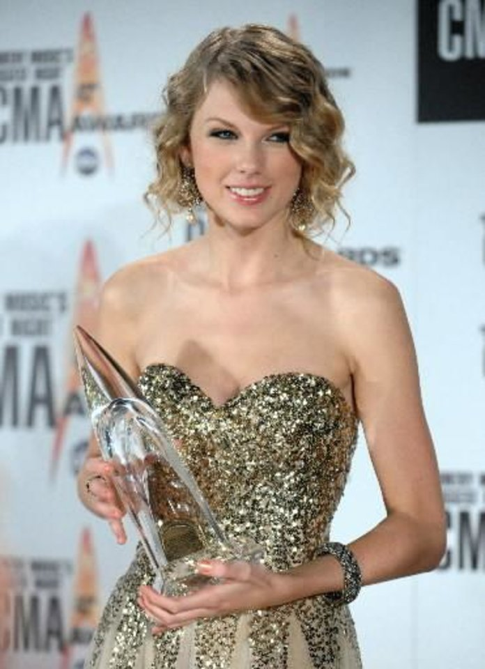 Taylor Swift sweeps CMA awards for vocalist, album, video