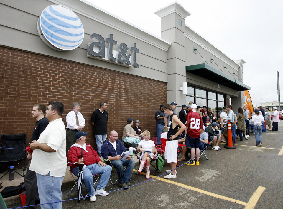Photo - People wait in line outside AT&T store at 6959 NW Expressway for the iPhone to go on sale,  in Oklahoma City, Friday, June 29, 2007. [THE OKLAHOMAN ARCHIVES]