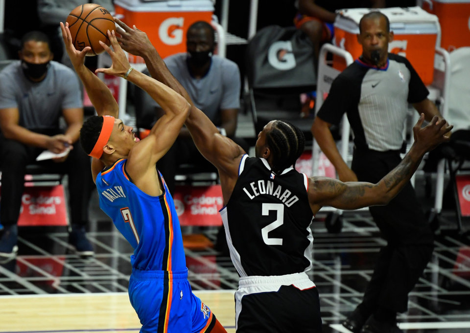Photo - Jan 22, 2021; Los Angeles, California, USA; LA Clippers forward Kawhi Leonard (2) blocks a shot by Oklahoma City Thunder forward Darius Bazley (7) during the first quarter at Staples Center. Mandatory Credit: Robert Hanashiro-USA TODAY Sports