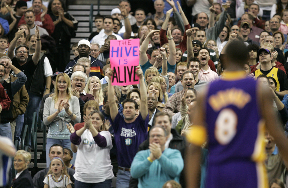 Photo - The crowd reacts after Kobe Bryant (8) of Los Angeles receives a technical foul in the third quarter during the Los Angeles Lakers at the New Orleans/Oklahoma City Hornets NBA basketball game in the Ford Center in Oklahoma City, Saturday, February 4, 2006. By Nate Billings, The Oklahoman
