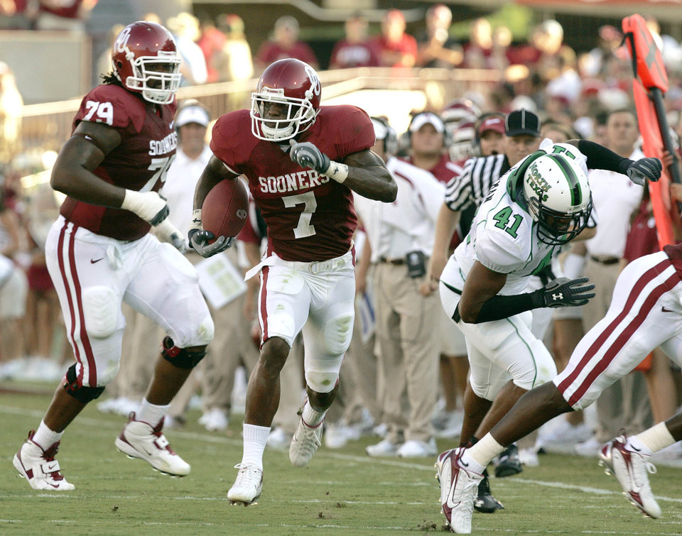 Photo - Oklahoma running back DeMarco Murray (7) rushes for his first touchdown in the first half during the University of Oklahoma Sooners (OU) college football game against the University of North Texas Mean Green (UNT) at the Gaylord Family - Oklahoma Memorial Stadium, on Saturday, Sept. 1, 2007, in Norman, Okla.