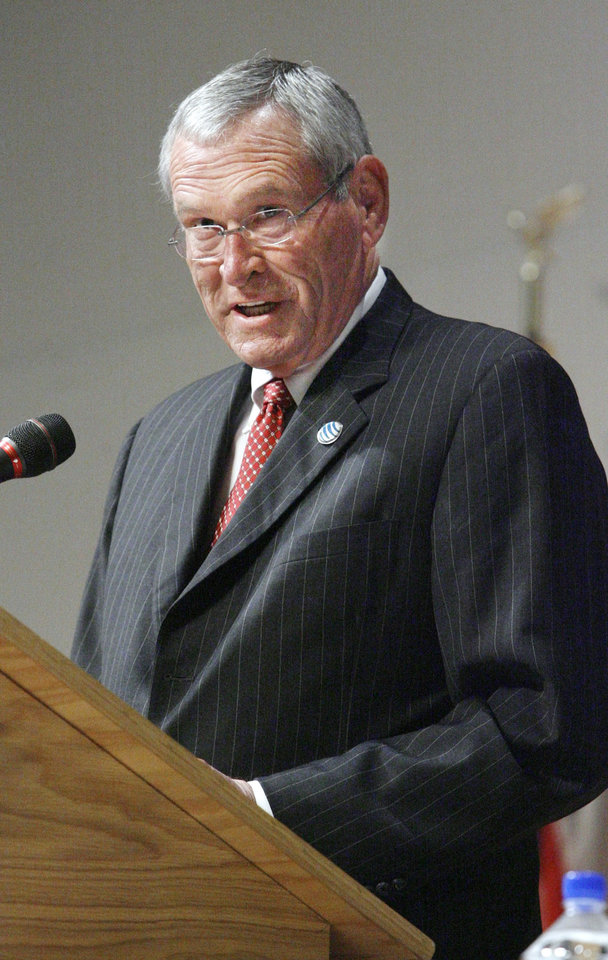 Photo - Edward Whitacre Jr., chairman and CEO of AT&T Inc., speaking during the Executive Management Briefings luncheon in Oklahoma City Thursday, April 5, 2007. BY PAUL B. SOUTHERLAND, The Oklahoman ORG XMIT: KOD